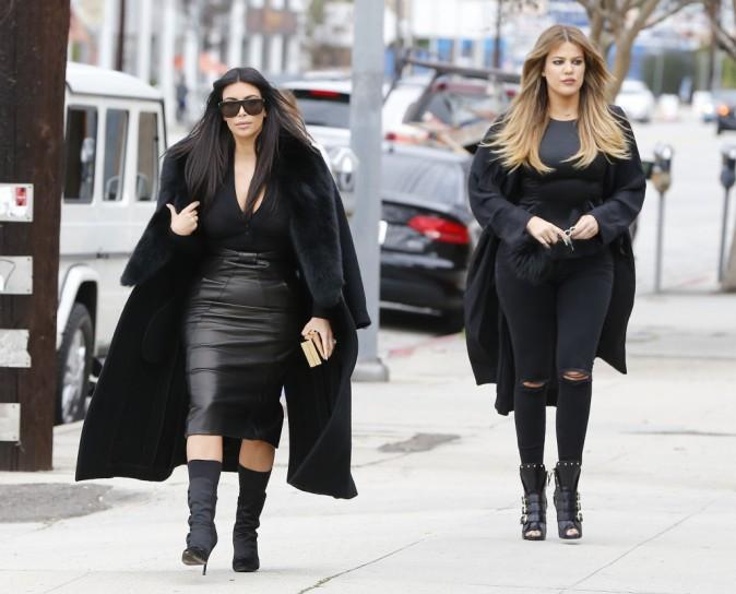 Photos : Kim et Khloe Kardashian : elles se la jouent Men In Black dans les rues de L.A !