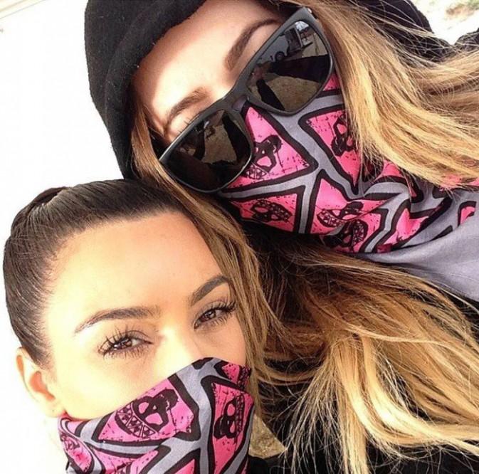 Photos : Kim et Khloé Kardashian : ultra-complices pour jouer les bandits !