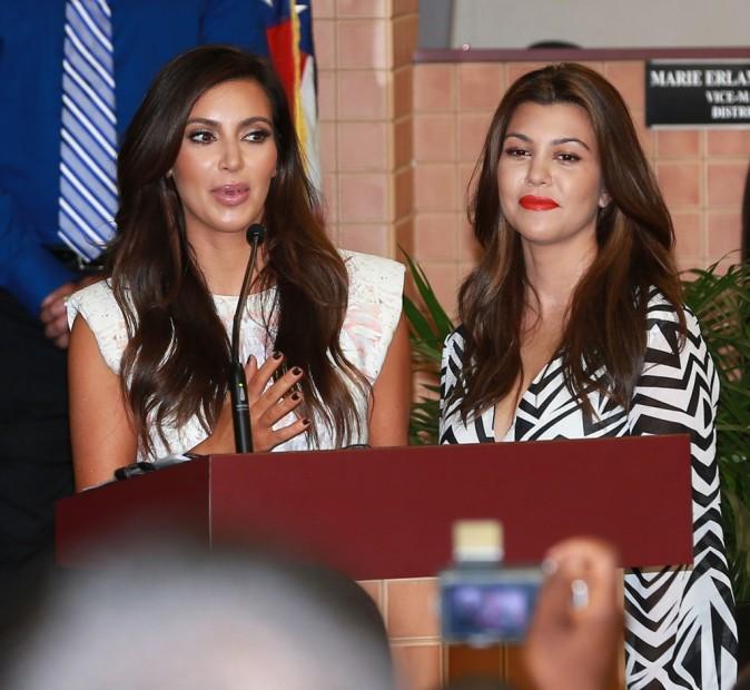 Kim et Kourtney Kardashian dans la salle de Conseil de North Miami, le 19 novembre 2012.