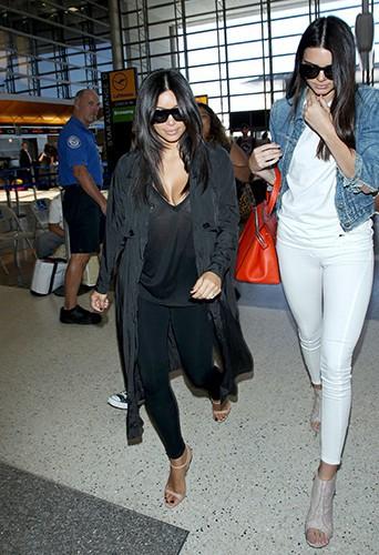 Kim Kardashian et Kendall Jenner à l'aéroport de Los Angeles le 31 juillet 2014