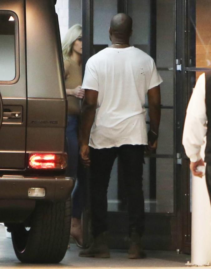 "Photos : Kim Kardashian : ""C'est frustrant, Kourtney tombe enceinte comme elle éternue !"""