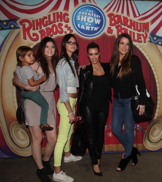 Kim et Khloe Kardashian, avec leur neveu Mason, et leurs petites soeurs Kendall et Kylie Jenner, au cirque à Los Angeles, le 16 juillet 2012.