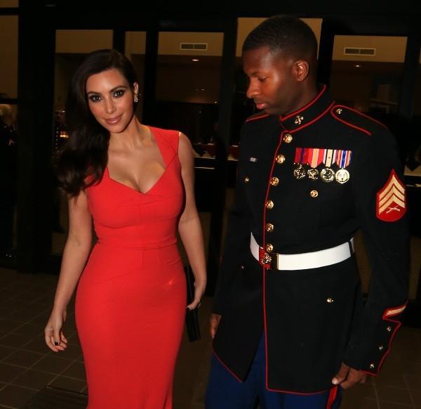 """Kim Kardashian et le sergent Gardiner se rendant à la soirée militaire """"HQ Battery 10th Marine Birthday Ball"""" en Caroline du Nord, le 15 novembre..."""