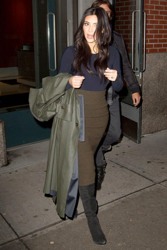 Photos : Kim Kardashian : elle brave le froid et la pluie avec style, fière d'être récompensée !