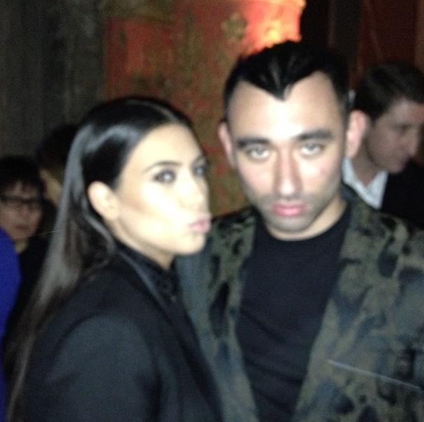 Kim aux côtés de Nicola Formichetti, directeur artistique de Thierry Mugler. Fou-flou !