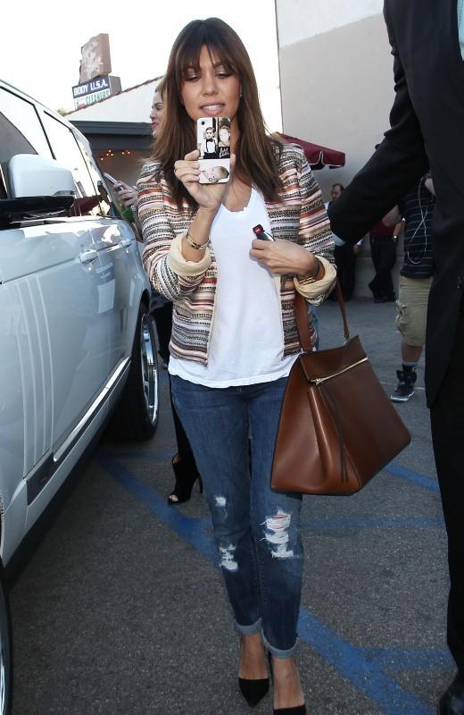 Kourtney Kardashian à Sherman Oaks avec ses soeurs et son compagnon, le 4 avril 2013.