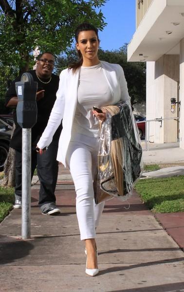 photos kim kardashian elle ne l che plus l 39 affaire avec son look de poup e immacul e. Black Bedroom Furniture Sets. Home Design Ideas