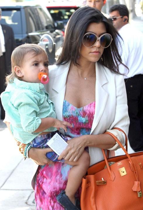 Kourtney Kardashian et son fils Mason sortant de la boutique Vera Wang sur Melrose Avenue à Los Angeles, le 30 juin 2011.