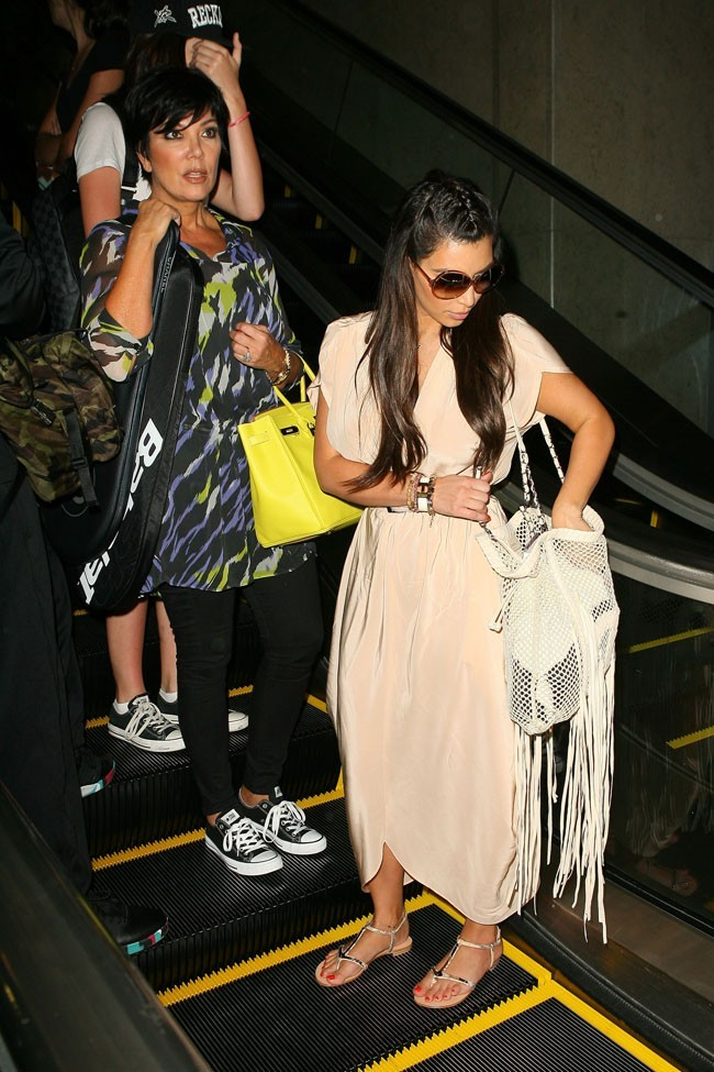 Avec Kris Jenner, le 2 avril 2012 à l'aéroport de Los Angeles