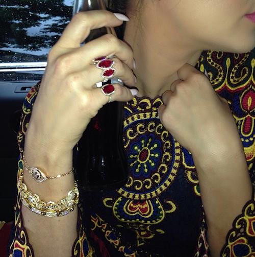 Khloé Kardashian donne le ton en Cartier et Valentino: le mariage va être grand luxe !