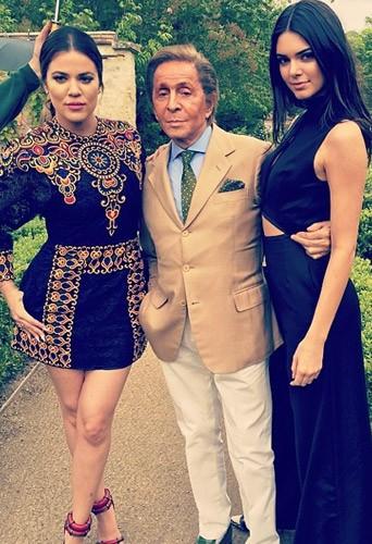 Khloé Kardashian et Kendall Jenner prennent la pose avec Valentino