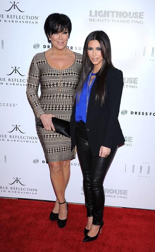 Avec sa maman Kris Jenner, pour le lancement de son parfum...