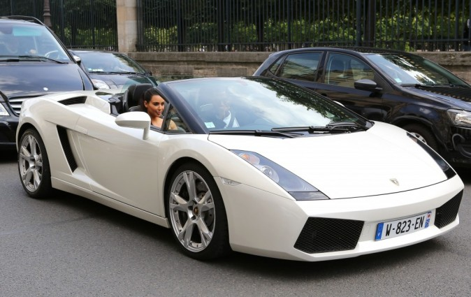 Kim Kardashian et Kanye West en balade en Lamborghini à Paris, le 17 juin 2012.