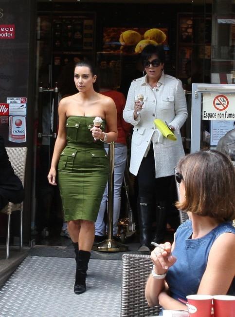 Kim Kardashian et sa mère Kris Jenner sortant de chez Haagen Dazs à Paris, le 17 juin 2012.