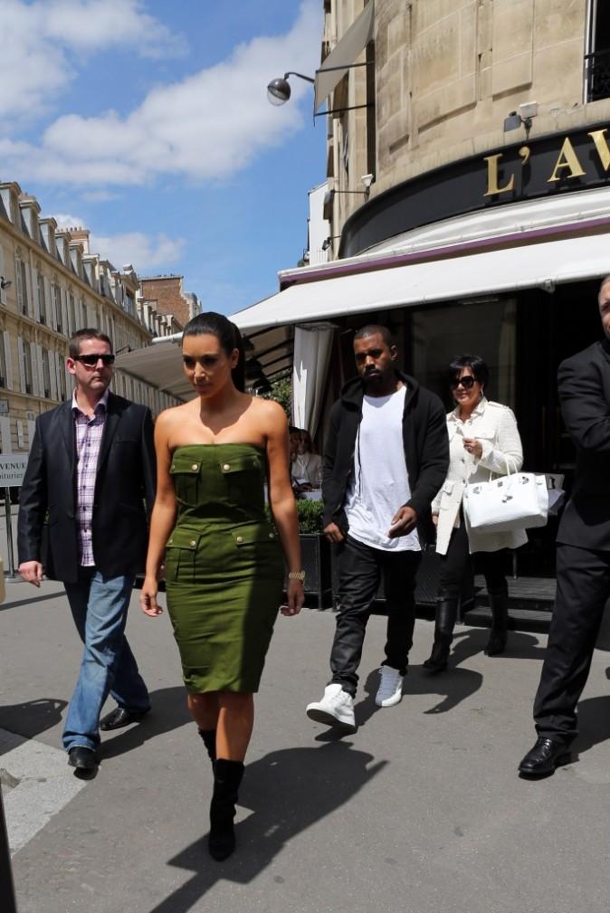 Kim Kardashian, Kanye West et Kris Jenner sortant du restaurant L'Avenue à Paris, le 17 juin 2012.