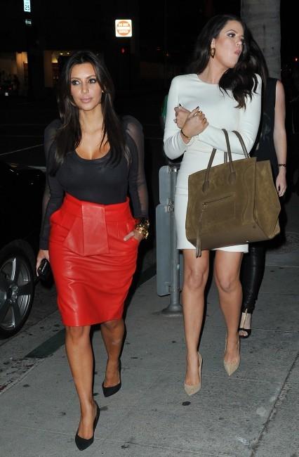 Kim et Khloe Kardashian devant le restaurant Crustacean à Beverly Hills, le 21 novembre 2012.