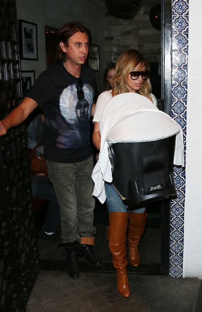 Kim Kardashian à la sortie d'un restaurant de Los Angeles le 12 octobre 2012
