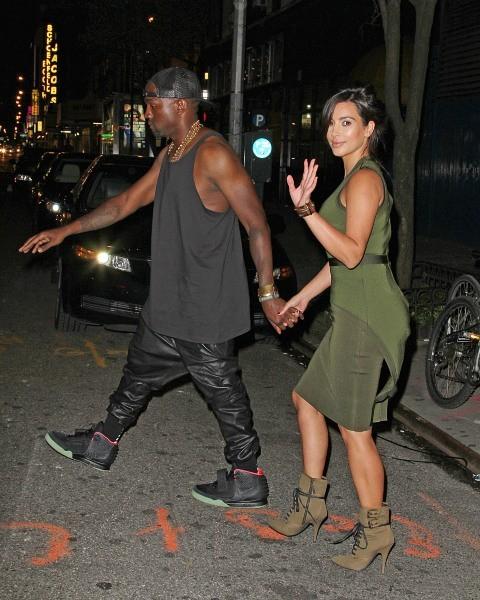 """Kim Kardashian et Kanye West sortant de la comédie musicale """"Fela"""" à New York, le 28 juillet 2012."""