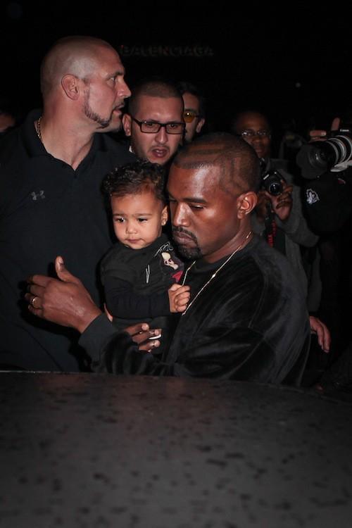 Kim Kardashian, Kanye West et North assistent au défilé Balenciaga à Paris, le 24 septembre 2014
