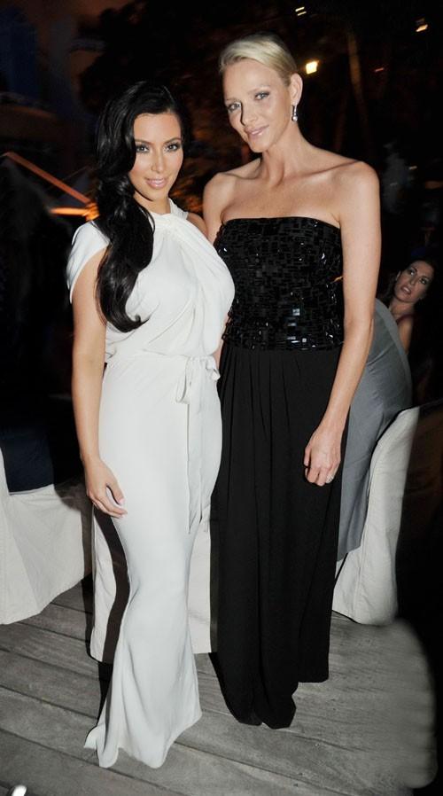 Kim pose avec Charlene Wittstock