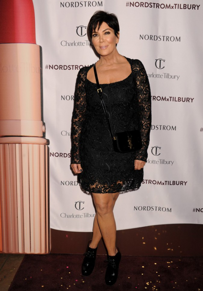Photos : Kim Kardashian : gros aperçu sur sa poitrine et make-up parfait, elle attire tous les regards !