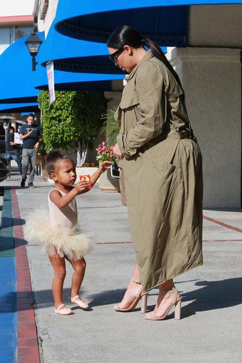 Kim Kardashian et North dans la banlieue de Los Angeles le 7 octobre 2015