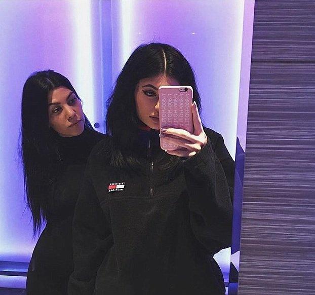Kourtney Kardashian a partagé le premier selfie de Kim Kardashian depuis la naissance de Saint