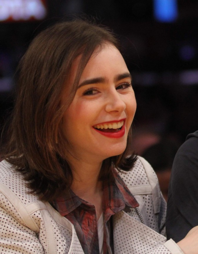 Lilly Collins en rouge