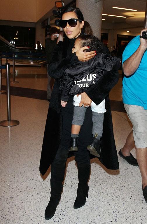 Kim Kardashian et North à l'aéroport de Los Angeles le 5 novembre 2014