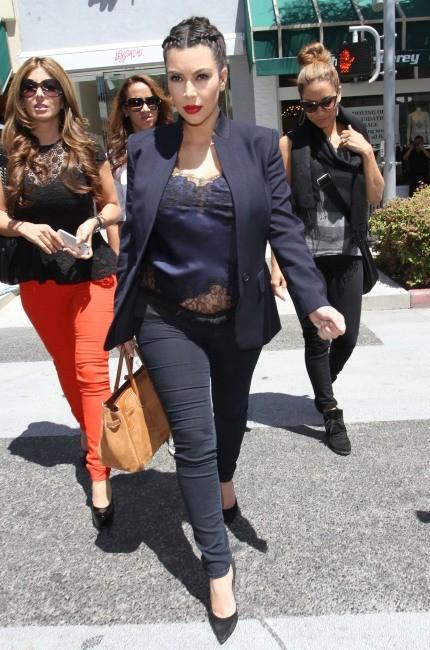 Kim Kardashian et Lara Pippen à Beverly Hills, le 18 avril 2013.