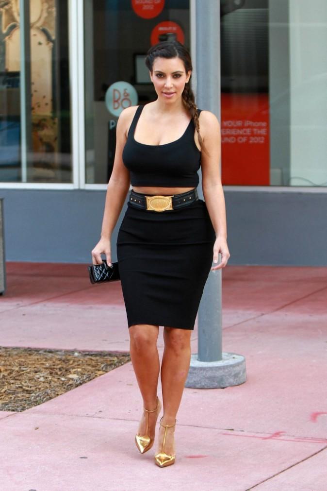 photos kim kardashian popotin et d collet l 39 honneur pour son retour miami. Black Bedroom Furniture Sets. Home Design Ideas