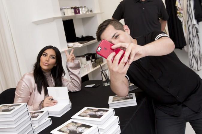 """Kim Kardashian : Pour augmenter les ventes de son livre """"Selfish"""", elle y met du sien !"""