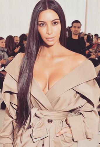 Kim Kardashian lors du défilé Balenciaga à Paris le 2 octobre 2016