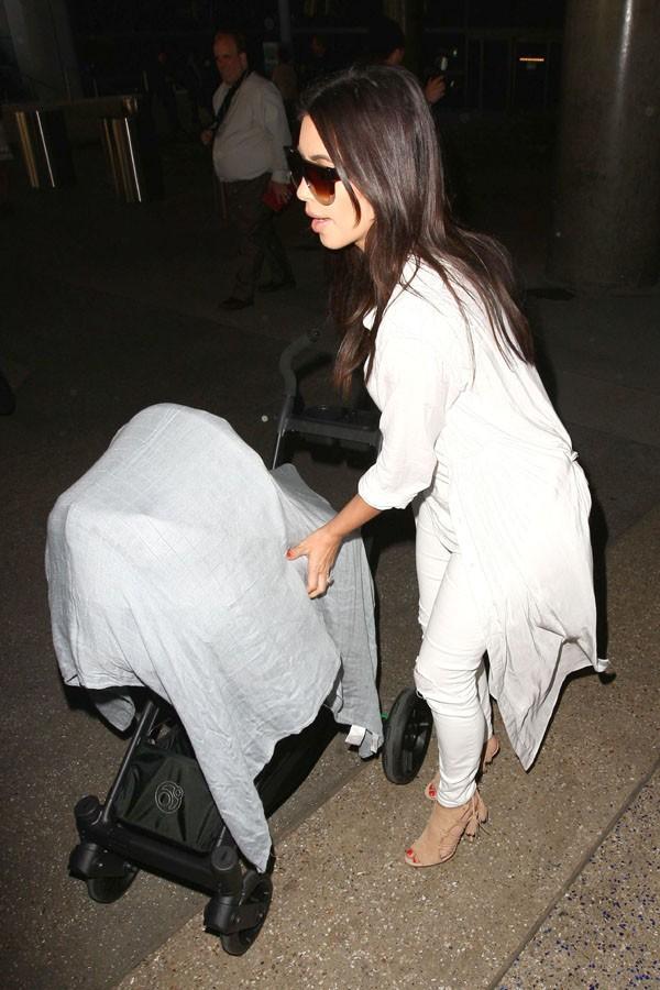 Kim Kardashian avec sa fille North à l'aéroport de Los Angeles le 2 avril 2014