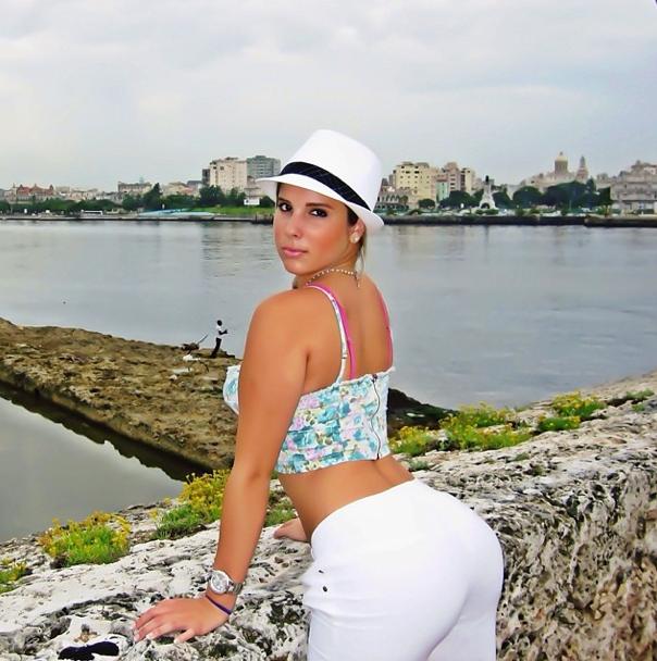 Photos : Kim Kardashian : son sosie d'origine cubaine en a dans le derrière !