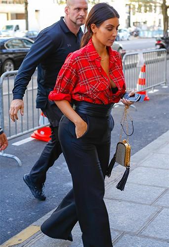 Photos : Kim Kardashian : sexy, stylée et en solo dans les rues parisiennes, avant de retrouver Ciara !