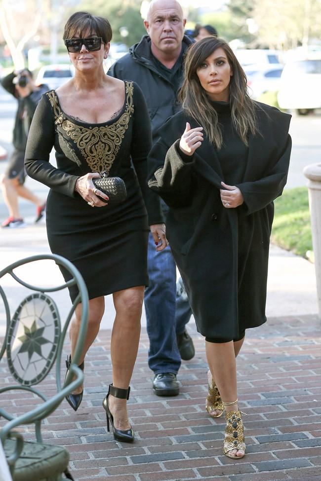 Kim Kardashian en tournage dans la banlieue de Los Angeles avec sa maman Kris et sa soeur Khloé le 4 février 2014