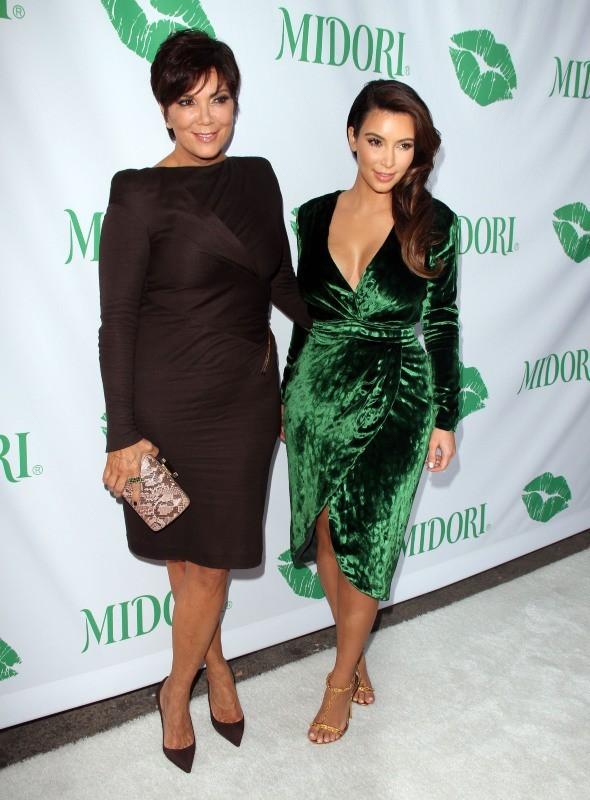 """Kim Kardashian et Kris Jenner lors de la soirée """"The Midori Makeover Parlour"""" à Los Angeles, le 25 septembre 2012."""