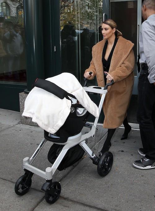 Photos : Kim Kardashian : une vraie maman kangourou avec Nori dans ses bras !