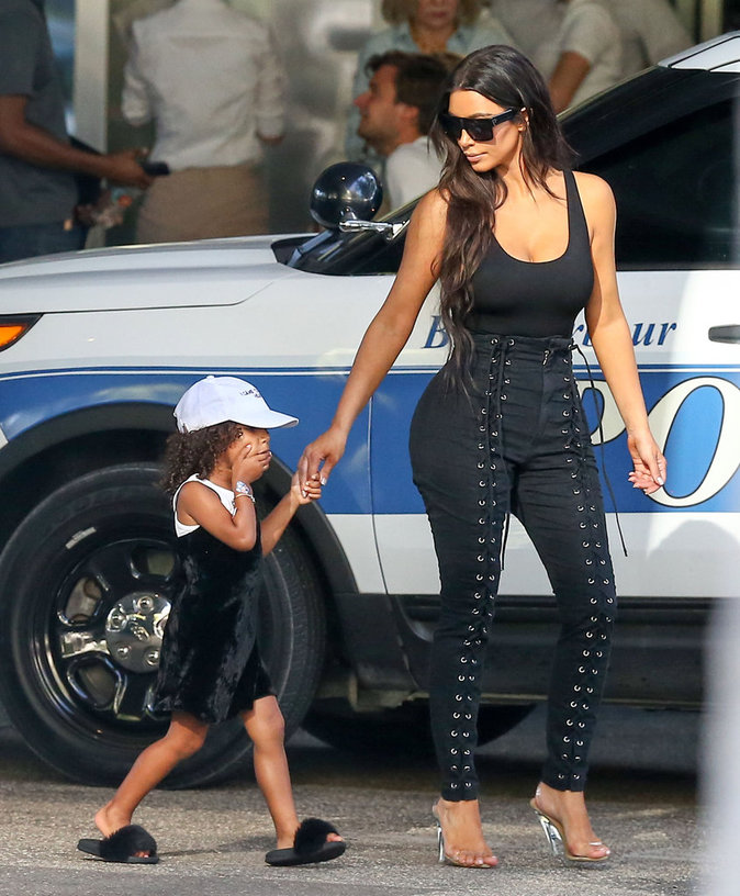 North West et Kim Kardashian font du shopping à Miami