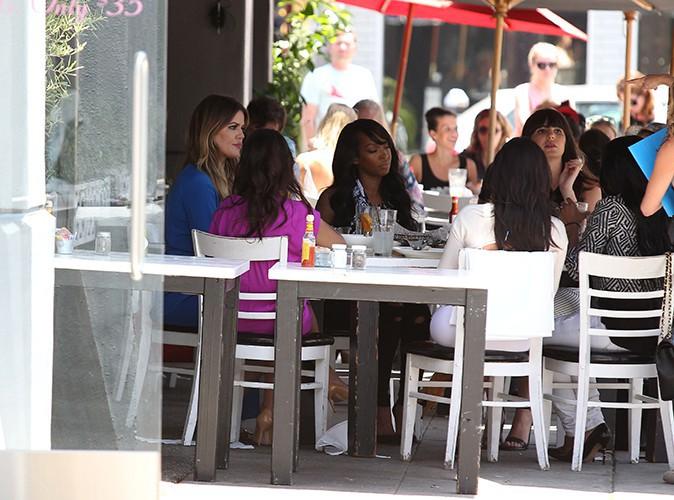 Kim Kardashian et ses soeurs avec un groupe d'amies à Los Angeles le 23 juin 2014