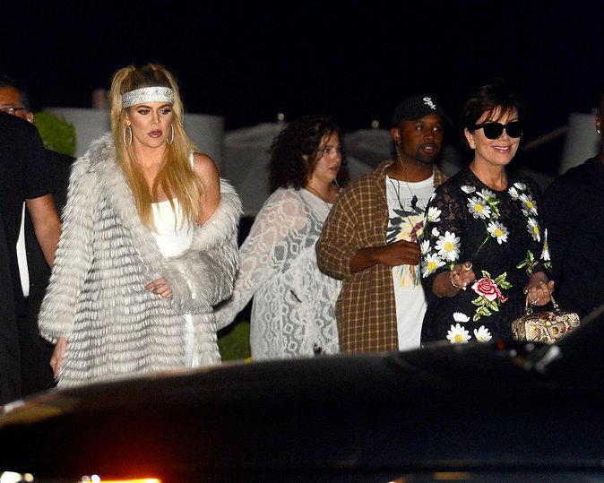 Khloe, Kourtney, Kris et Corey devant le restaurant Nobu à Los Angeles