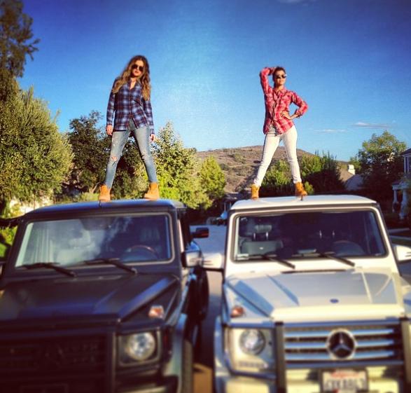 Kourtney et Khloé Kardashian : le duo improvise un shooting sur le toit de leurs Mercedes !