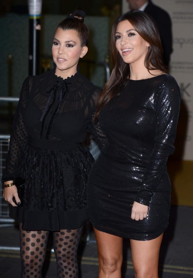 Kourtney et Kim Kardashian lors du lancement de leur nouvelle collection de vêtements à Londres, le 8 novembre 2012.