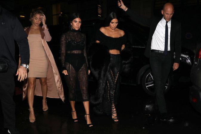 Kim Kardashian et Kourtney Kardashian à Paris le 30 septembre 2016