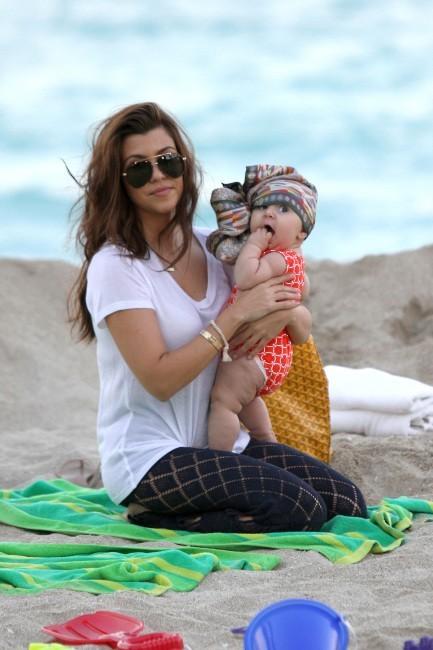 Kourtney Kardashian et sa fille Penelope sur une plage de Miami, le 26 novembre 2012.