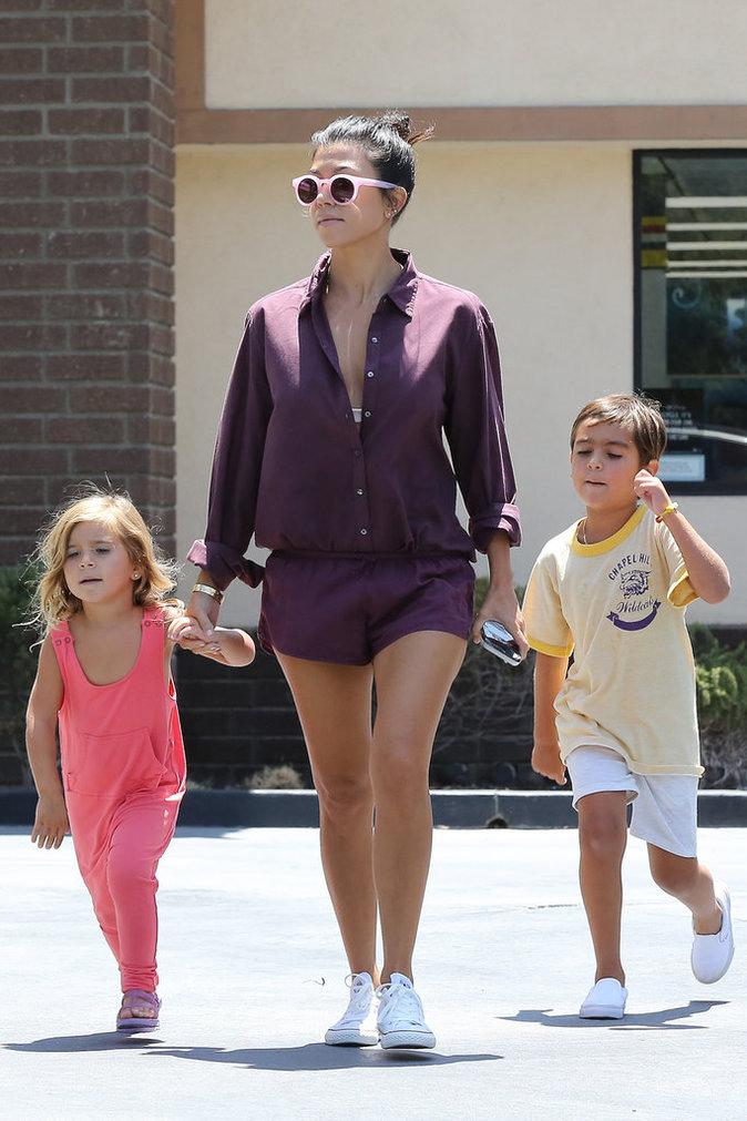 Photos : Kourtney Kardashian : balade stylée en famille !