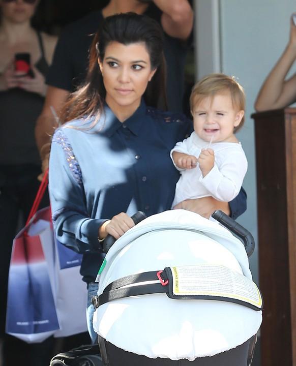 Kourtney Kardashian à la sortie de son déjeuner avec sa fille Penelope et Scott Disick à Beverly Hills le 1er août 2013