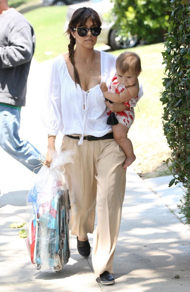 Kourtney Kardashian en famille et avec une amie à Los Angeles le 8 juin 2013