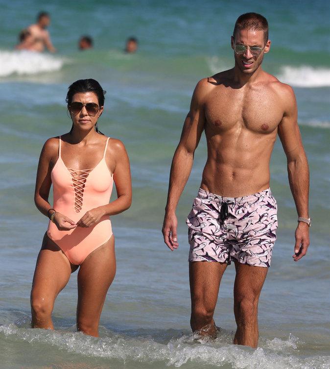 Kourtney Kardashian en compagnie d'un mystérieux inconnu à Miami ce samedi 17 septembre